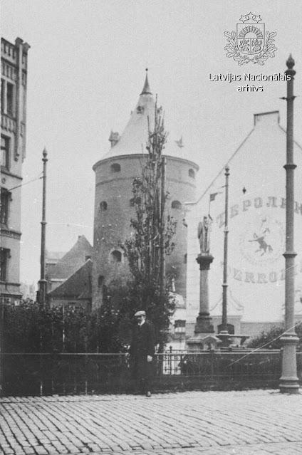 1909 год. Рига. Пороховая башня, казармы Екаба и скульптура Золотого рыцаря перед ними