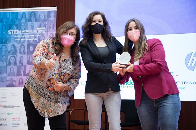 (de izquierda a derecha): Nuria Salan (Presidenta de la Catalan Society of Technology and Coordinator of the Gender Programm of the UPC), Silvia Planella (Premiada STEM Women Congress), Andrea González (Premiada STEM Women Congress)
