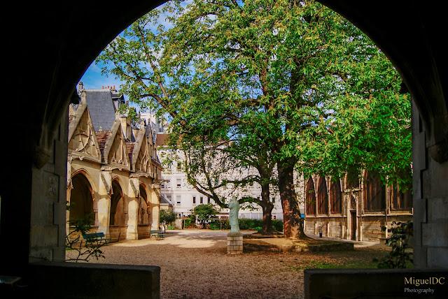 Interior de Iglesia antigua en París