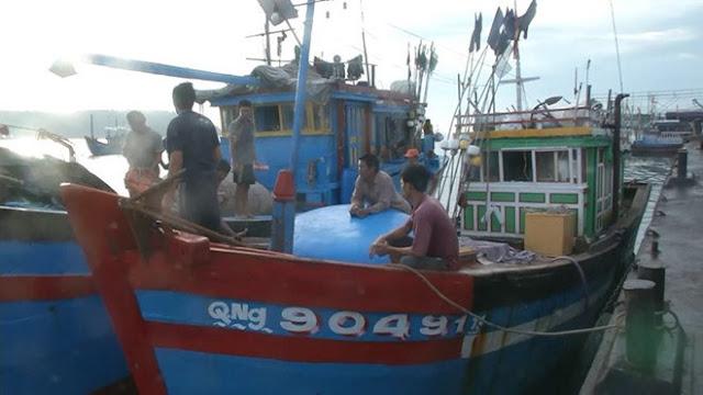 Tàu cá Quảng Ngãi bị tàu Trung Quốc đâm chìm, 8 người mất tích, mối thù với dân VN ngày càng lớn