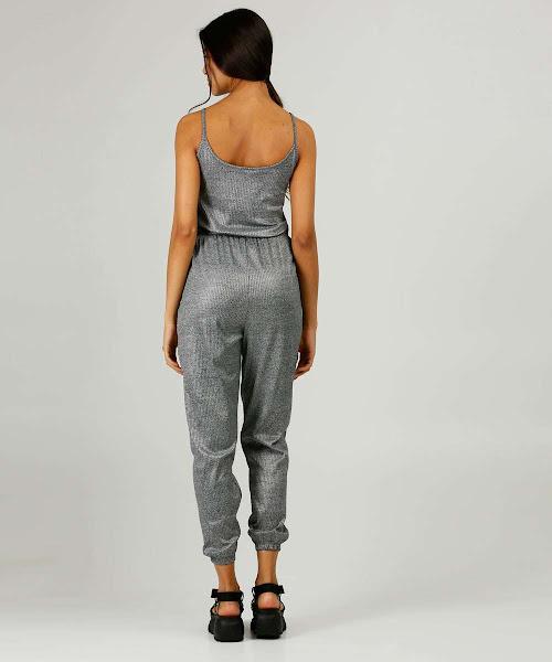 Macacão feminino modelo pantalona, confeccionado em tecido em canelado com acabamento resinado.