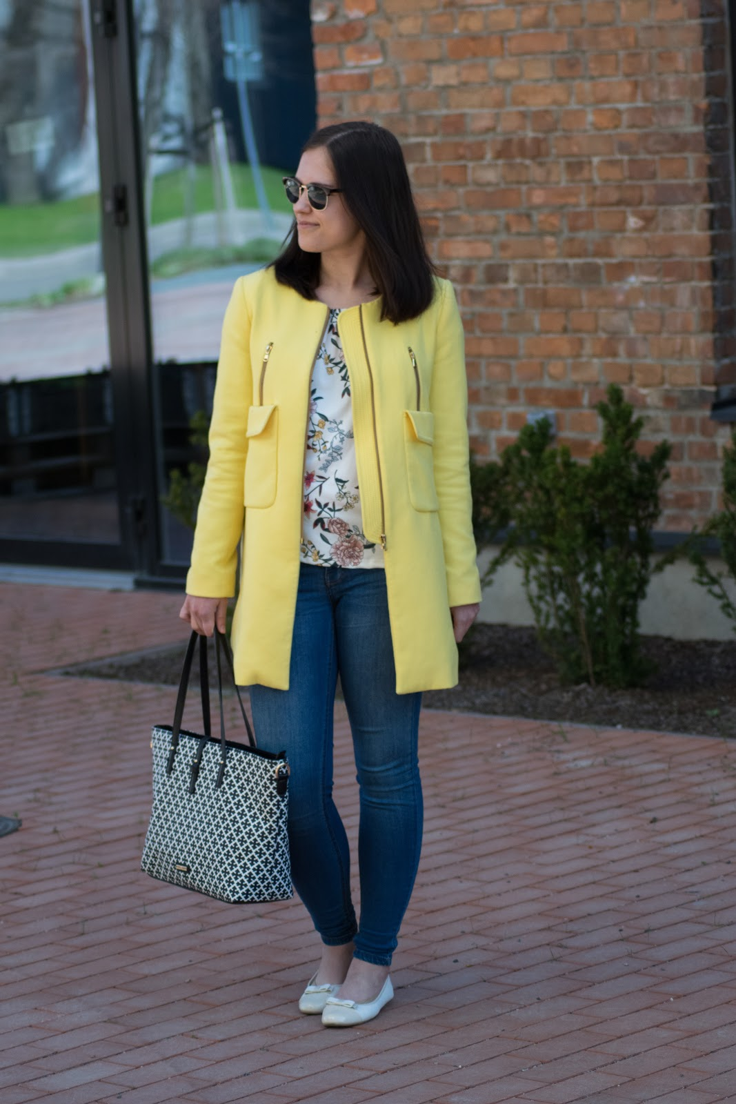 yellow statement coat working in estonia työskentely virossa