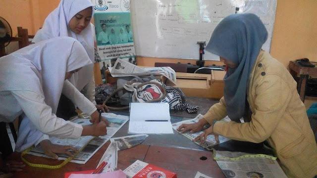 Siswa sedang belajar Pola Tata Busana