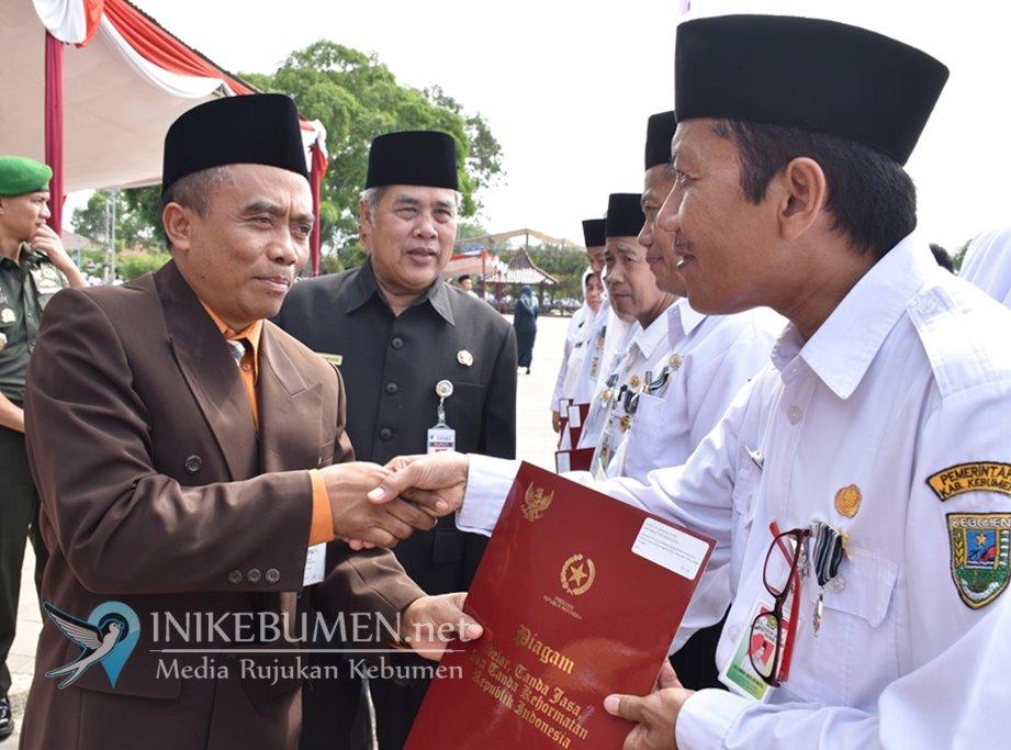 Delapan PNS Kementerian Agama Kebumen Terima Penghargaan Satyalancana Karya Satya