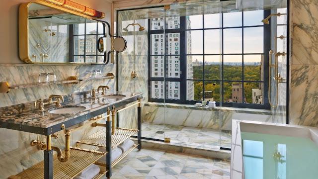 El hotel Viceroy de Nueva York tiene una suite especial (la número 57) que cuenta con mármol Paonazzo y una colección original de accesorios de iluminación y objetos de bronce perforados a mano