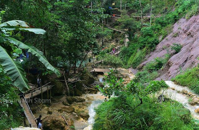 Pemandangan dari atas (jalan masuk menuju Air Terjun Kemabang Soka)