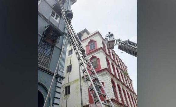 ताज महल होटल के पास बिल्डिंग में लगी आग - newsonfloor.com