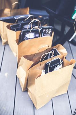Bolsas llenas de productos sobre el suelo