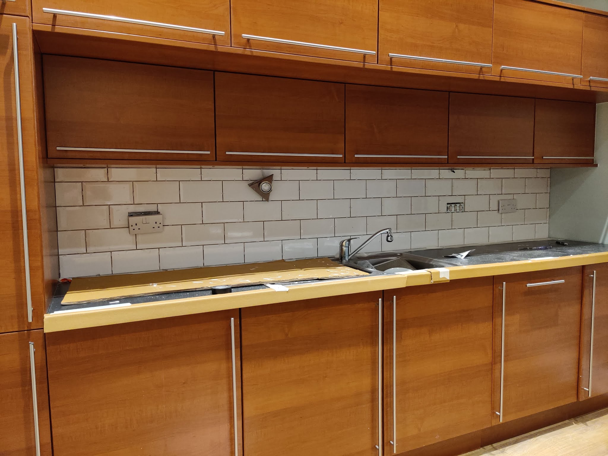 Tiling the Kitchen Splashback - DIY Subway Tiles liquid grain