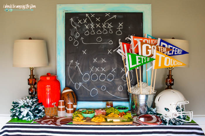 Make your own vintage-like Felt Sports Pennants! These are perfect as a party centerpiece or even kitschy home decor. Easy-to-follow tutorial.