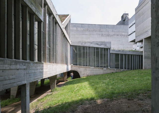 O pátio do mosteiro. Pilares