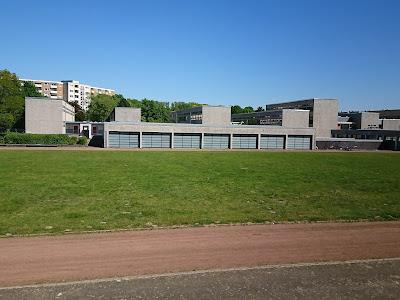 Schule Heidberg, gesehen vom Hügel nebenan. Sie ist leer.