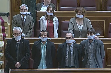 """Deputados espanhóis da Esquerda Unida no momento da votação da polémica 'Lei Mordaça"""""""