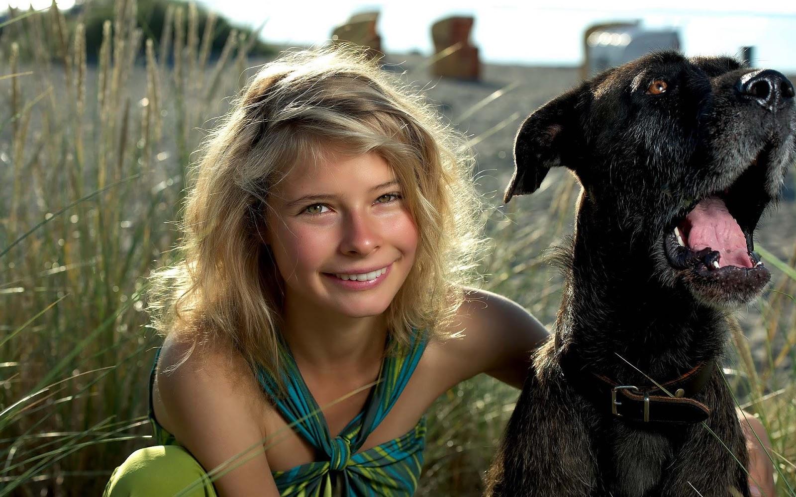 Mooie honden achtergrond met een meisje met haar hond in het hoge gras