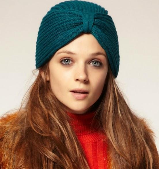 Moça usando um turbante do tipo chapéu