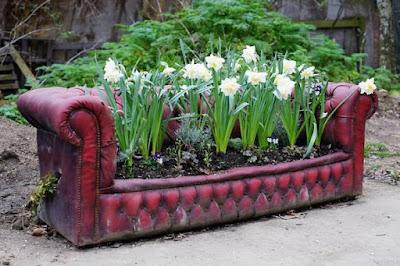 Un sillón de piel rojo reciclado con bonitas flores blancas