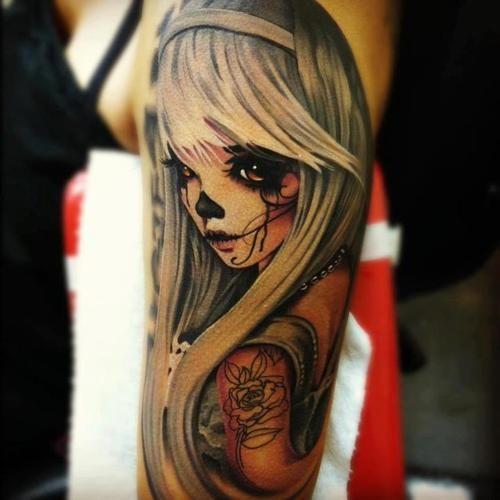 chica con tatuaje femenino, el tatuaje es muy famoso en el 2017
