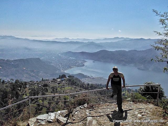 No início do trekking, quase em Sarangkot, com Pokhara e o lago Phewa lá embaixo