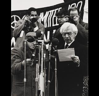 Fotografia de Wolfgang Suschitzky Bertrand Russell discursando em 1962 (Committee of 100, ban-the-bomb movement)