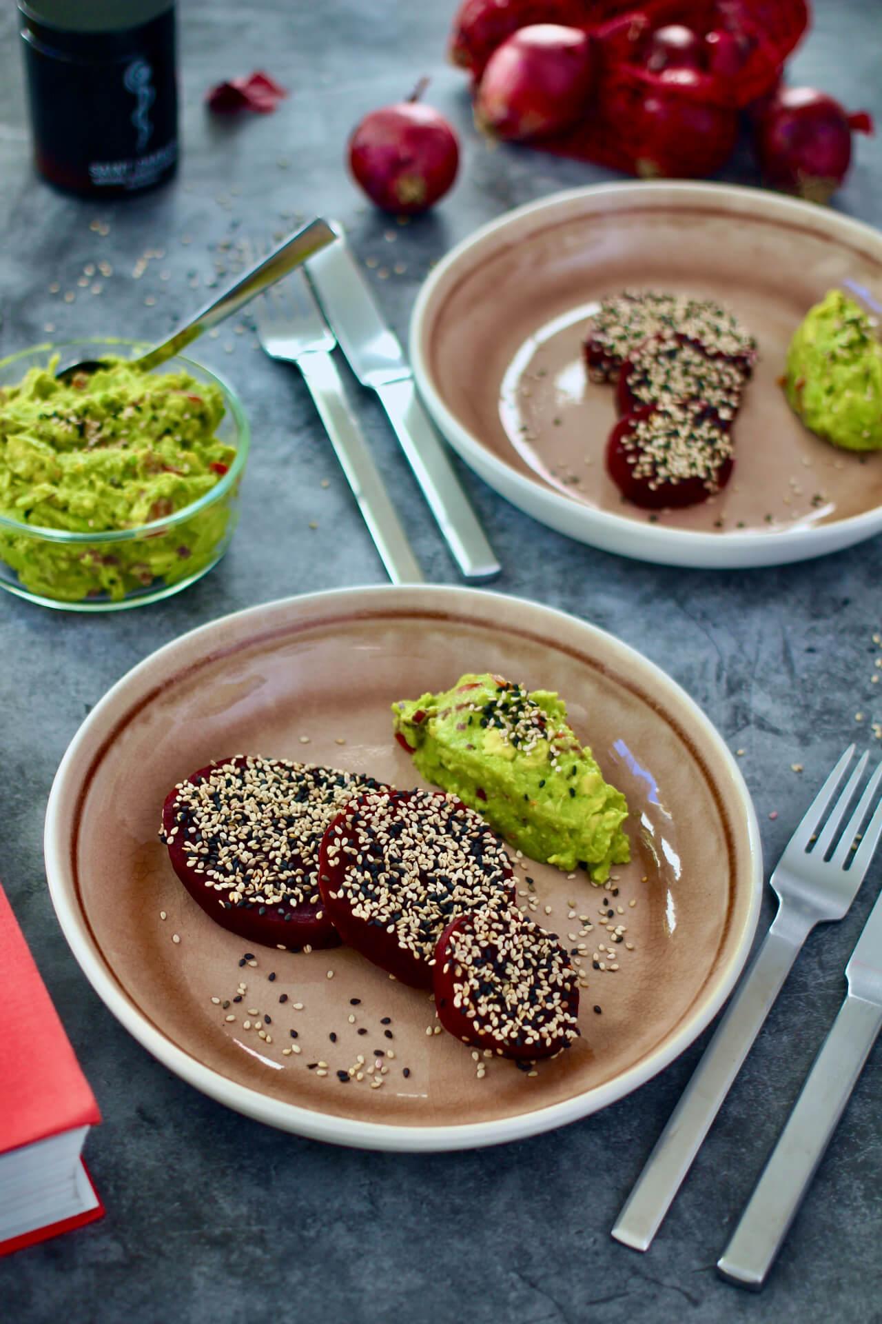 Rote Rüben Schnitzel mit Avocado-Dip