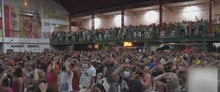 Culto religioso provoca aglomeração em quadra de escola de samba no Rio