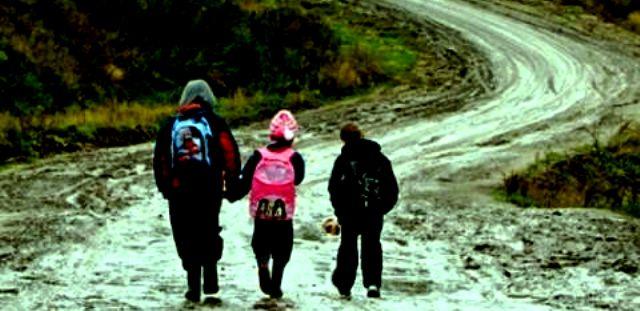 На Кременеччині діти долали пішки чимало кілометрів до школи