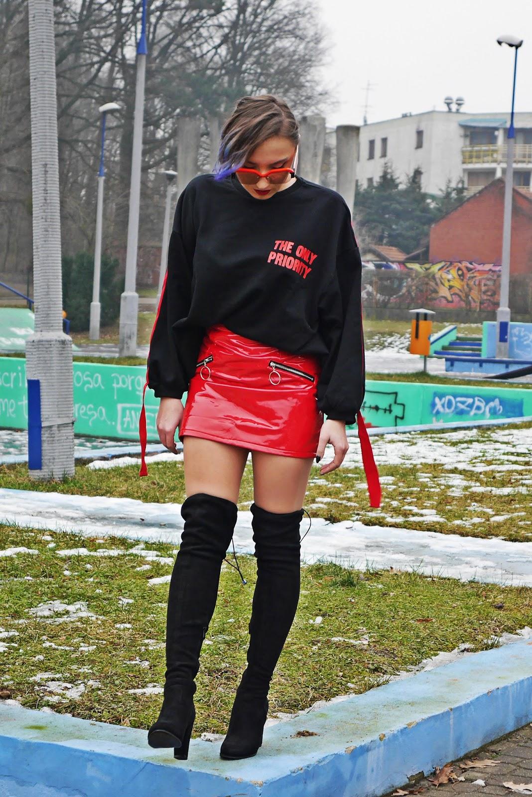 2_bluza_czarna_nadruk_spodnica_lakierowana_kozaki_renee_karyn_blog_modowy_280118awed