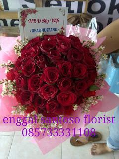 rangkaian bunga tangan atau fourhand model bulat mawar merah
