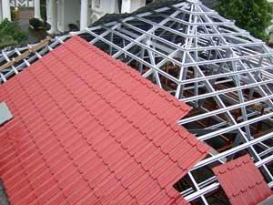 perbandingan harga baja ringan vs kayu atap