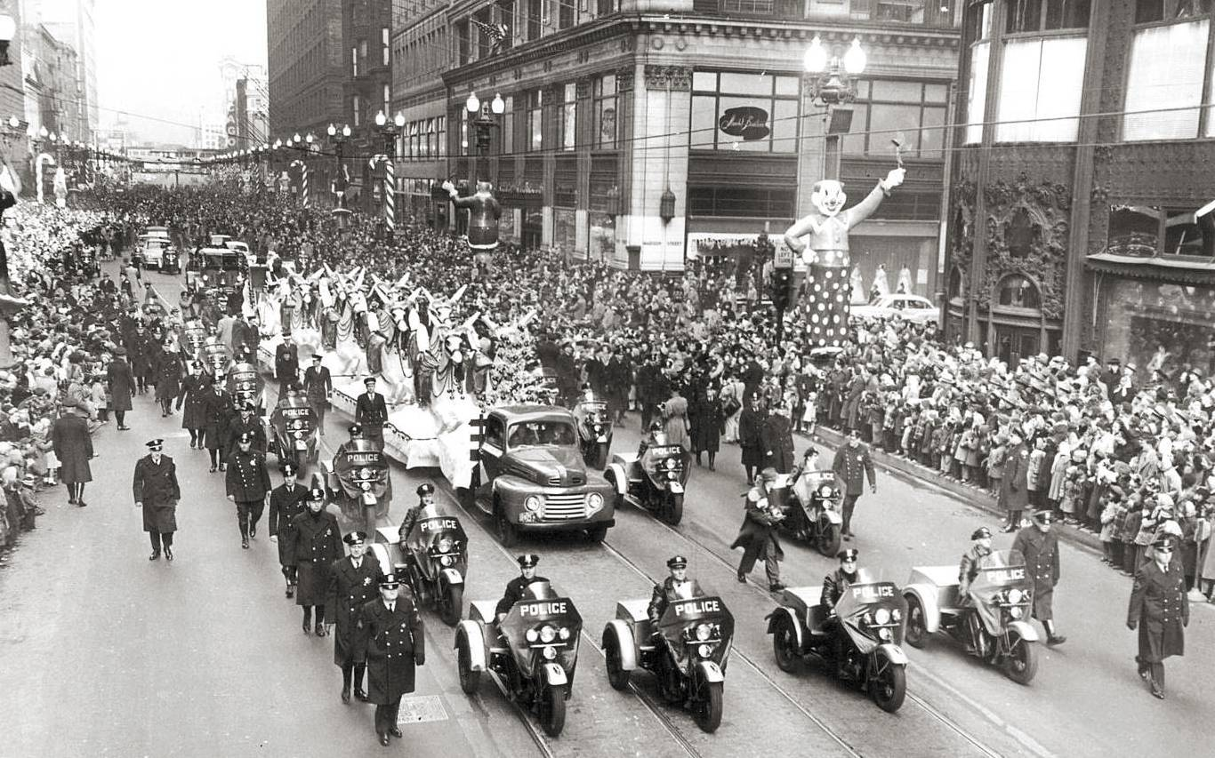 photo chicago state street christmas parade front of parade with three wheelers aerial carson pirie scott on right 1950