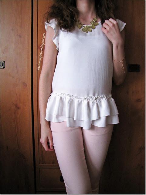 Biała bluzka, rózowe spodnie, naszyjnik, bransoletka