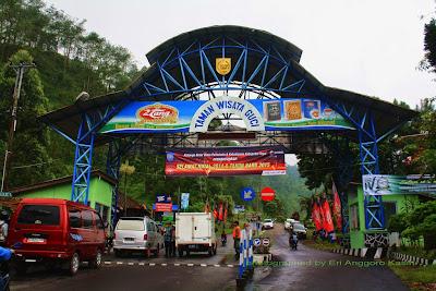 Gerbang masuk taman wisata Guci-Tegal, tiketnya cukup murah.