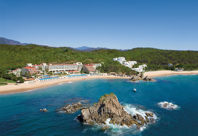 Stunning beach views & luxury accomadations await you at Dreams Huatulco Resort & Spa in Oaxaca, Mexico. Book your family's next all inclusive vacation now!