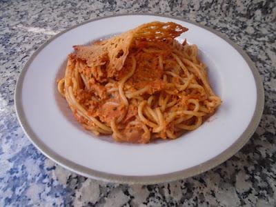 Espaguettis con salsa de tomates secos y crujiente de queso