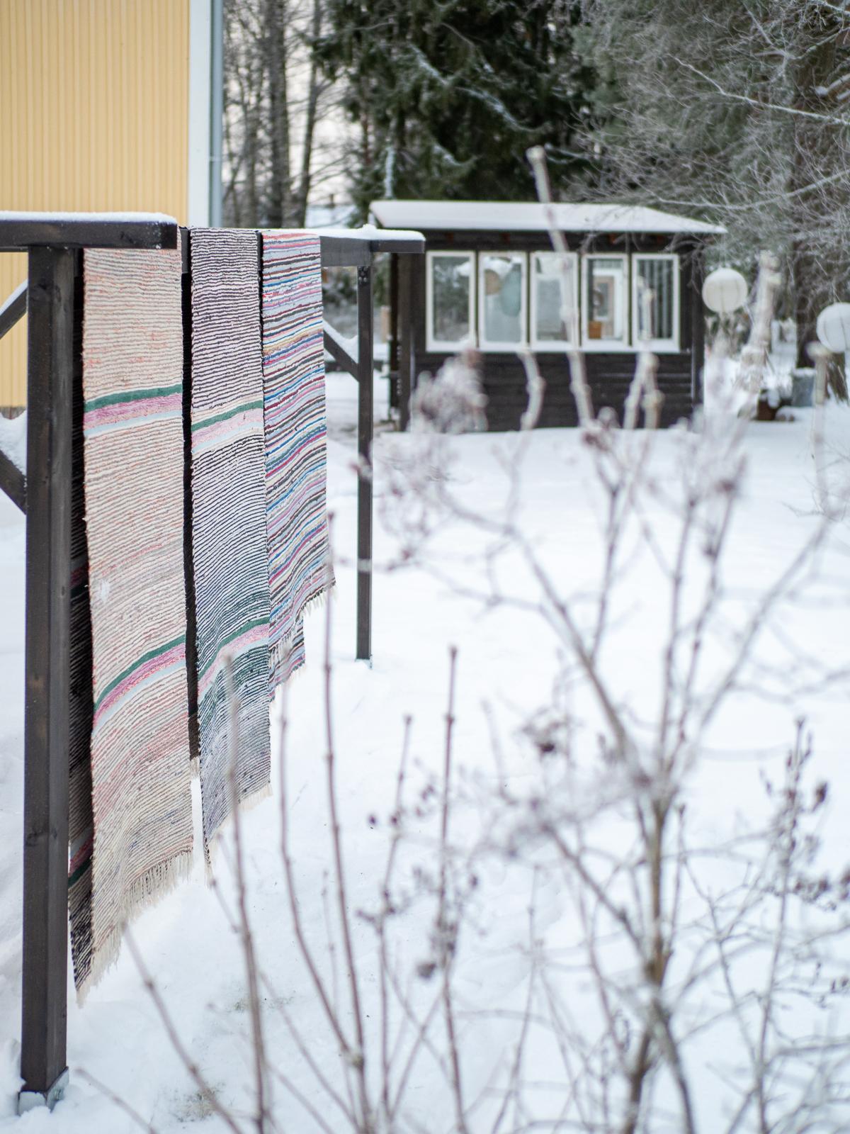 mattojen peseminen lumella