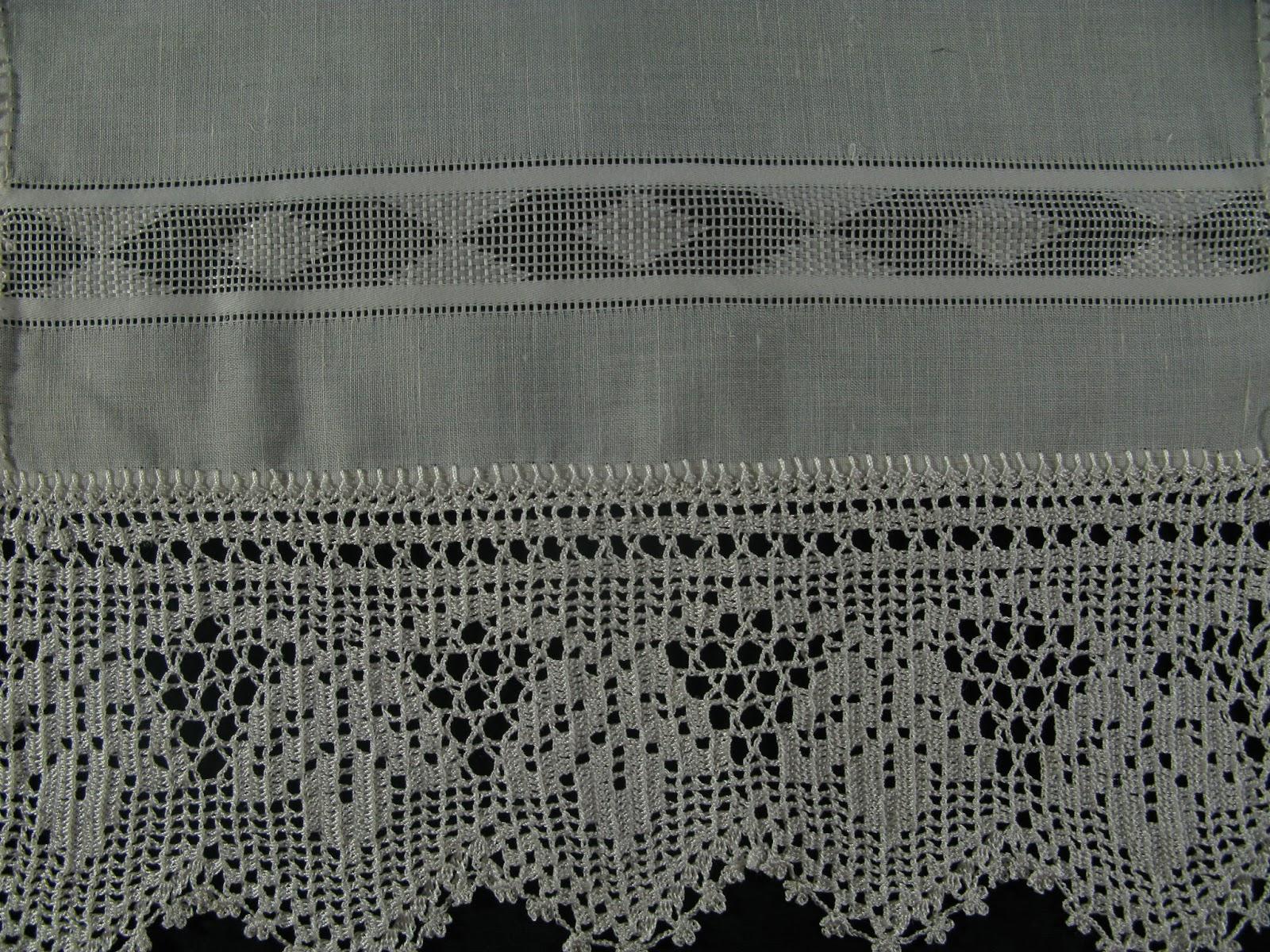 94aa86a55339 Αυτή είναι μια μεταξωτή πετσέτα που έχει μια πολύ όμορφη δαντέλα γύρω γύρω.
