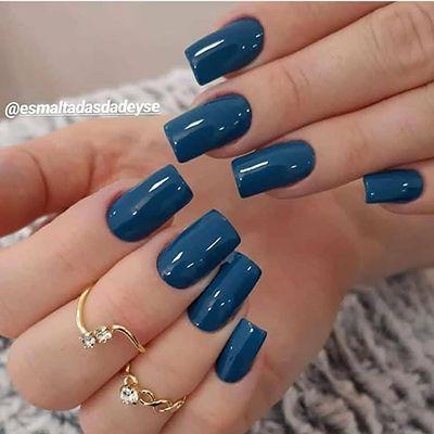 unhas com esmaltação perfeita em azul
