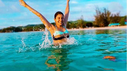 अनुष्का शर्मा की यह स्विमिंग पूल वाली हॉट फोटो सोशल मीडिया पर हुआ वायरल, देखें तस्वीरें