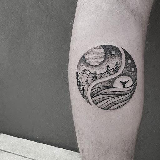 Um simples, mas bonita, Yin Yang tatuagem. Os elementos são separados e de um lado as montanhas e a terra são representados, enquanto a outra metade é preenchida com água e formas de vida aquáticas.