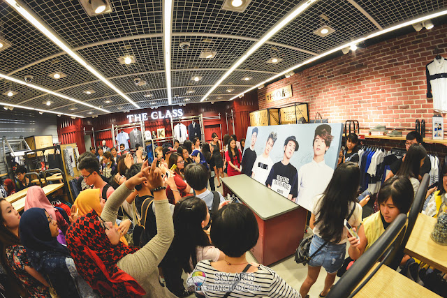 The Class Malaysia, Mid Valley was crowded with people taking photo of the autographed canvas