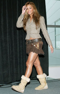 beyonce usando bota com saia brega anos 90