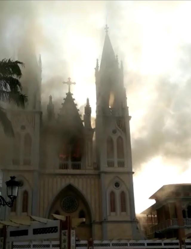 """La catedral de Malabo arde, el incendio en la """"Notre Dame"""" de la antigua Guinea Española"""