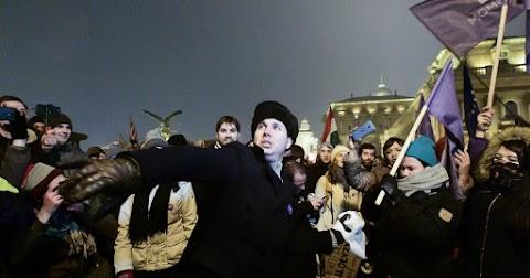 Vécépapírokat dobáltak a momentumosok a Sándor-palotára