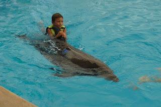 Izan con un delfín de Aqualand.