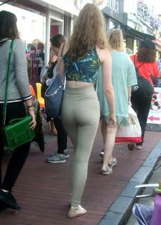 Linda rubia caminando calle amigas
