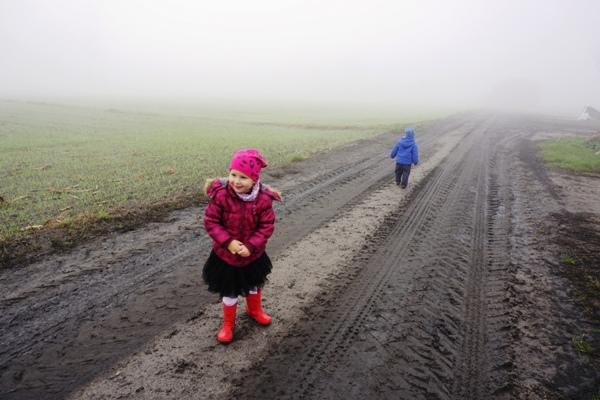 jesienny spacer przy przeziębieniu, uśmiechnięta dziewczynka