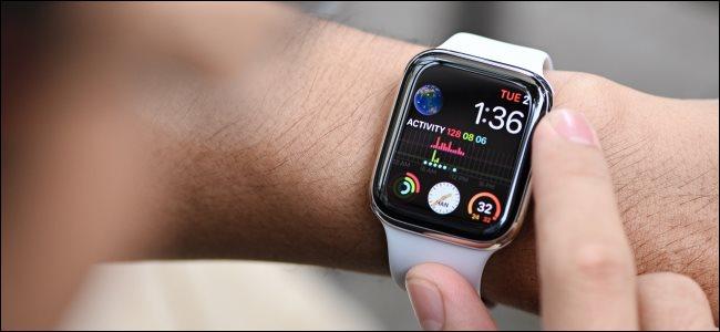 ساعة Apple Watch Series 4 مثبتة على معصم الشخص