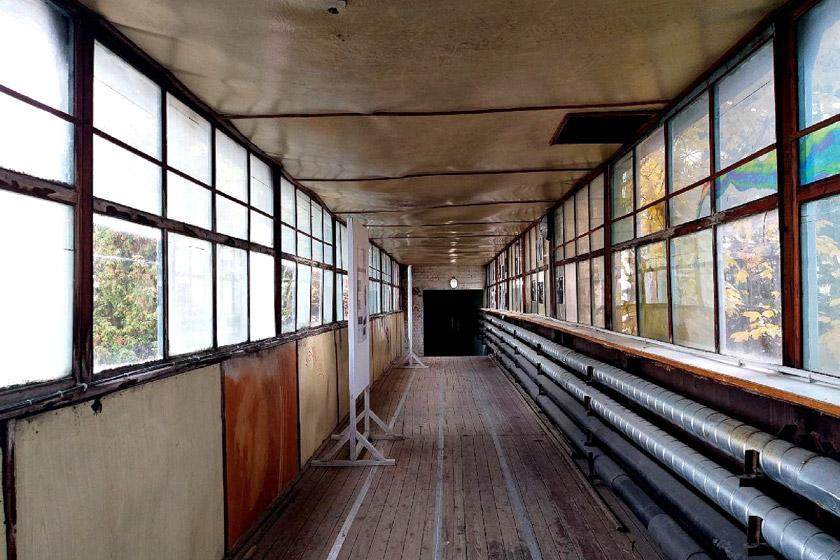 Один із переходів між корпусами колишнього заводу – поки ще не освоєний…