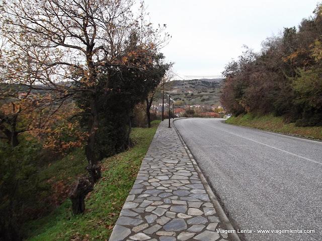 A estrada de Kalampaka a Kastraki - Meteora, Grécia