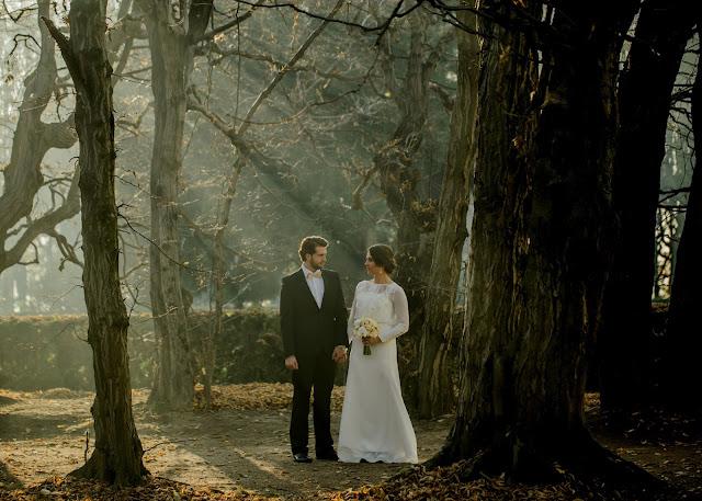 Jesienny, mglisty plener ślubny
